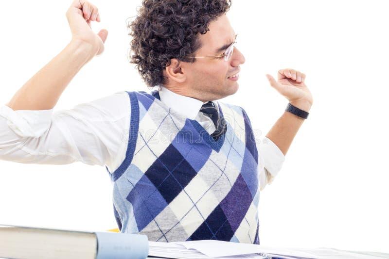 充满脖子痛的疲乏的人在套头衫阅读书 免版税图库摄影