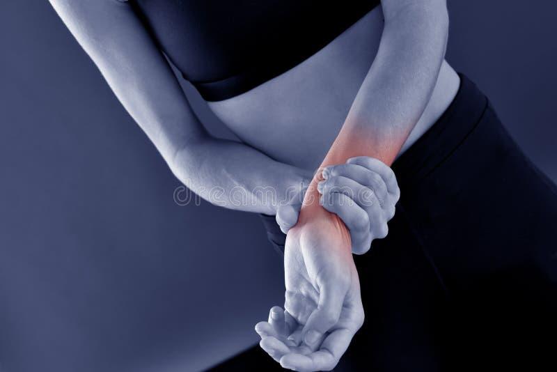充满腕子痛苦的运动妇女 库存照片