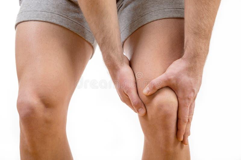 充满膝盖痛苦的人 免版税库存图片
