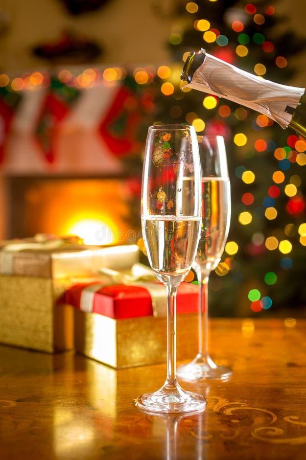 充满香槟的两块玻璃在圣诞前夕 库存照片