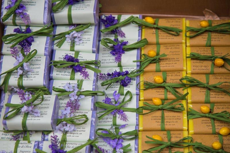 充满香气的肥皂淡紫色和柠檬 免版税库存图片