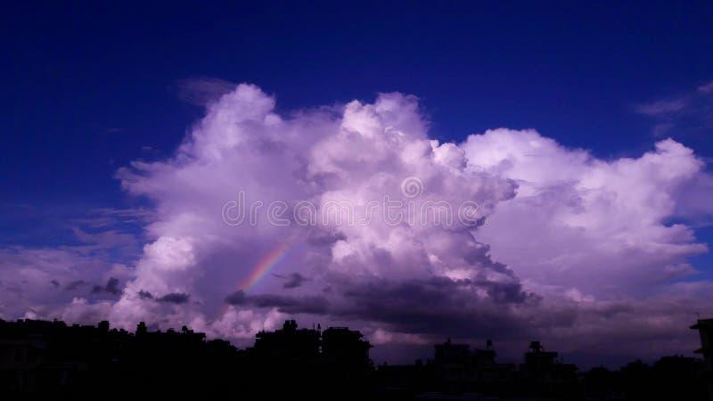 光亮的美丽的云彩有彩虹视图 库存照片