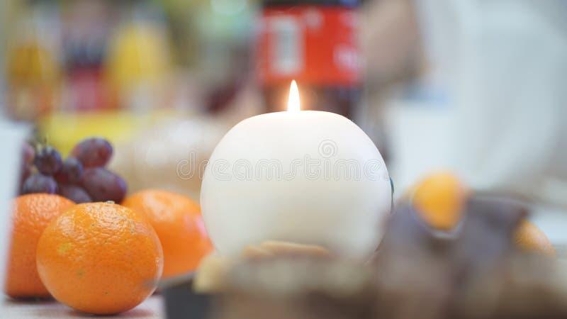 光亮的蜡烛用许多果子 库存图片