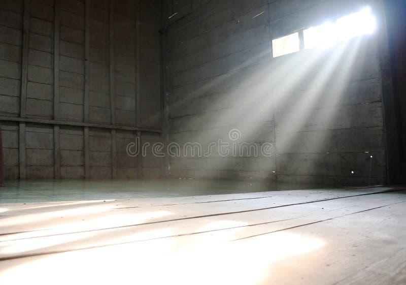 光刺穿房子的窗口 免版税库存照片