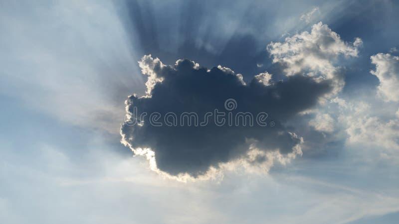 光发光与云彩在夏日 免版税库存照片