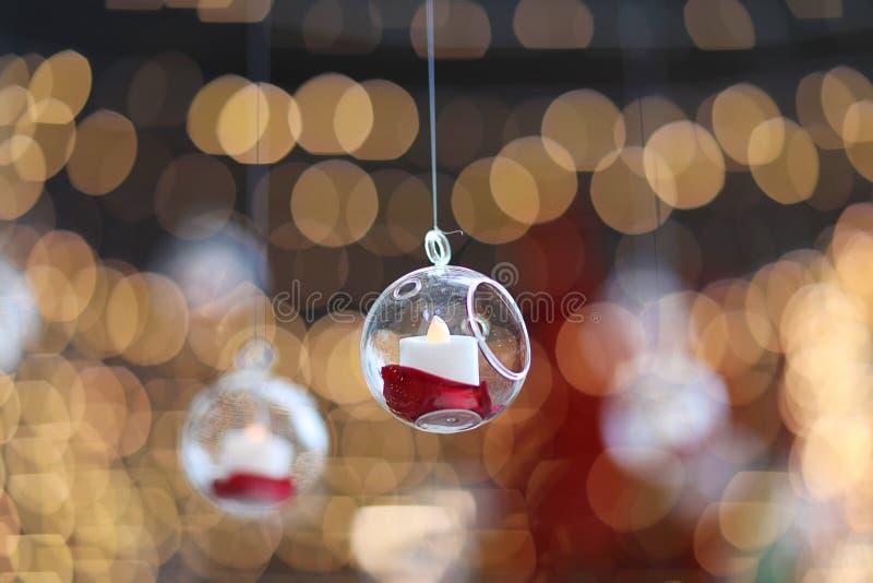 光和灯笼在婚礼 Bokeh 蜡烛光特写镜头有Bokeh背景 新年快乐和圣诞节庆祝 库存图片