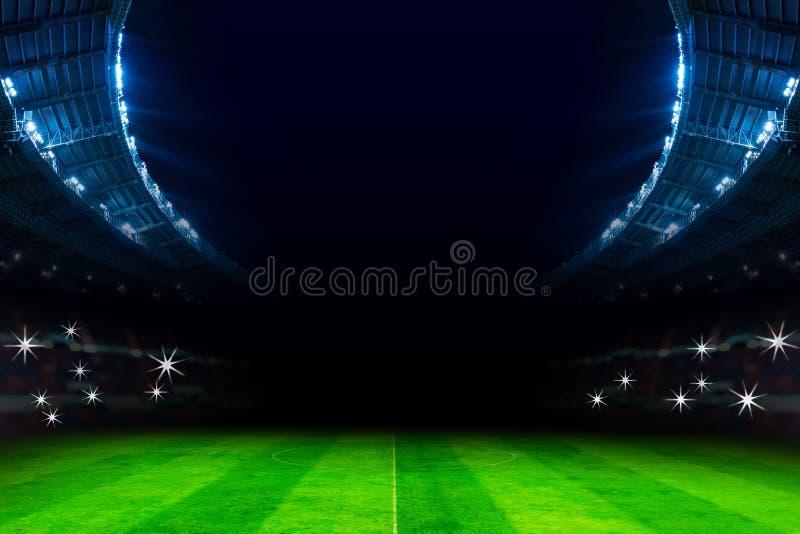 光在夜比赛的足球场内 免版税库存照片