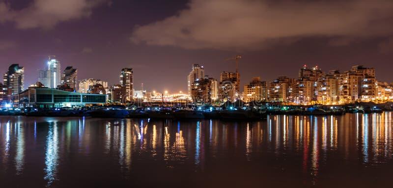 光在海,阿什杜德被反射小游艇船坞在晚上 以色列 免版税图库摄影