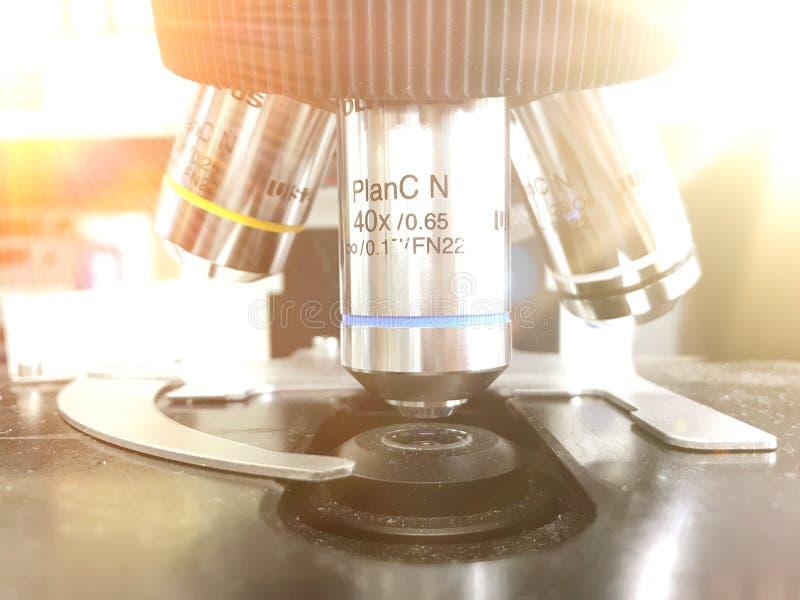 光学显微镜-科学和实验室设备 对计划的举办,研究实验,教育示范  免版税图库摄影