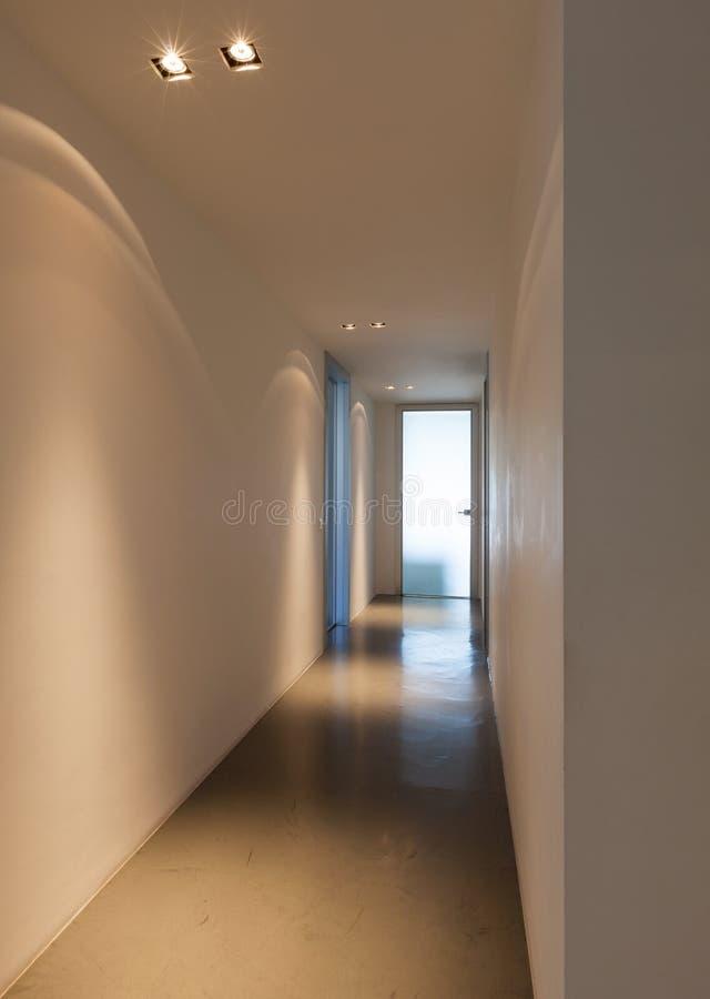 光把戏在白色走廊的 库存照片