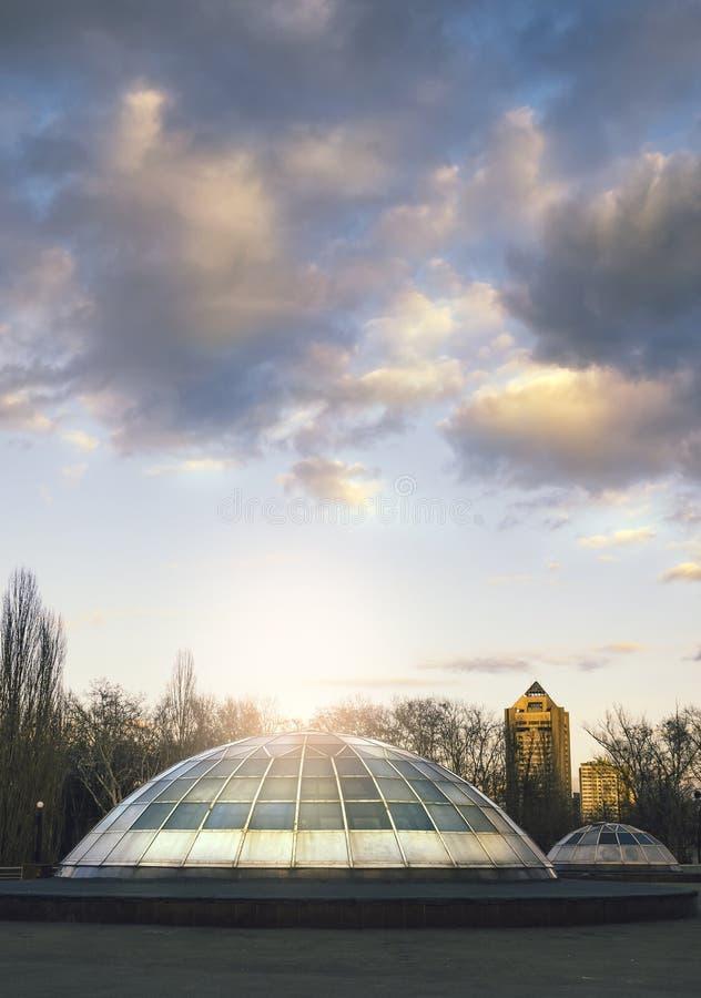光放射从圆顶的在城市 免版税库存照片