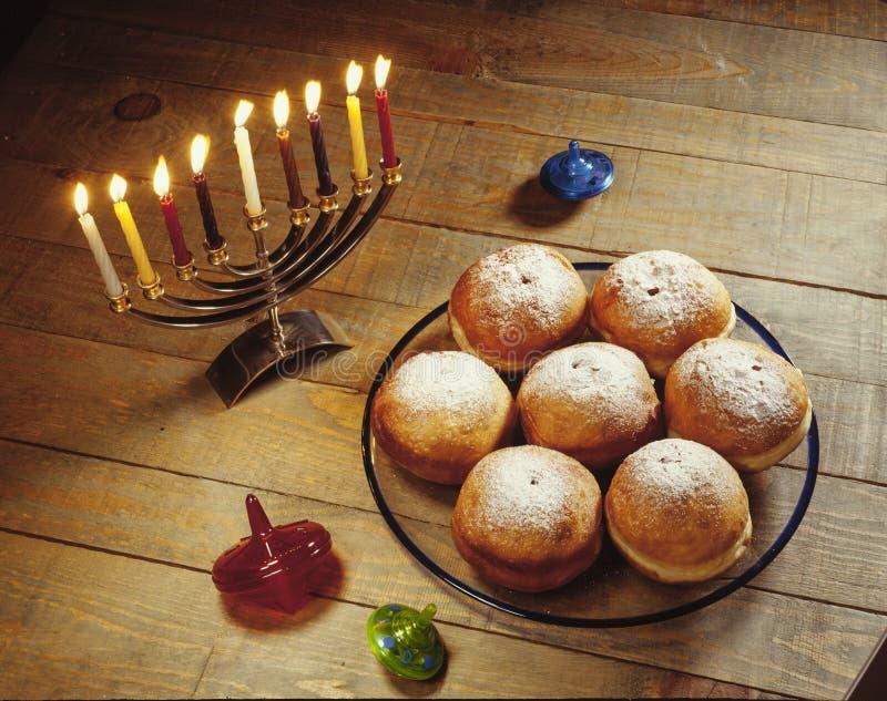 光明节假日油炸圈饼,被点燃和蜡烛抽陀螺 库存图片