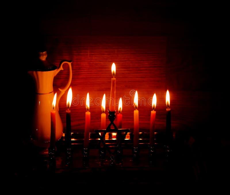 光明节是一个犹太假日 有蜡烛的燃烧的Chanukah烛台 水罐油 Chanukiah Menorah