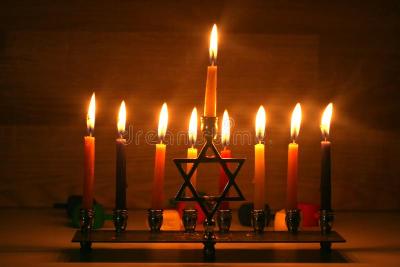 光明节是一个犹太假日 有蜡烛的燃烧的Chanukah烛台 Chanukiah Menorah