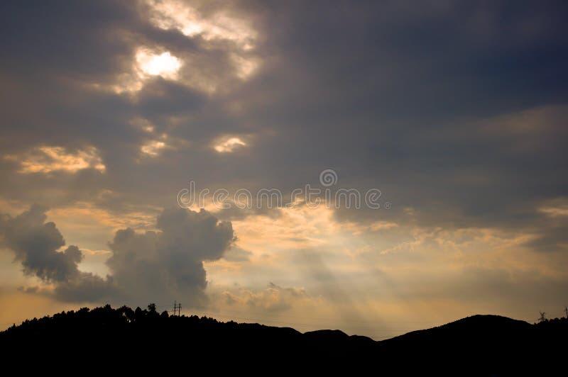 光束和玫瑰色云彩 库存图片