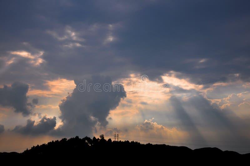 光束和玫瑰色云彩 免版税图库摄影