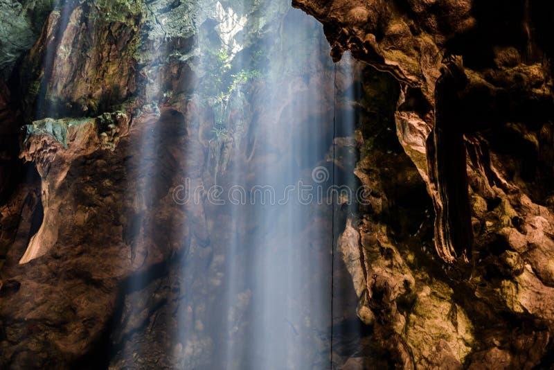 光束在菩萨洞, Tham在Phetchaburi, Thailan附近的Khao Luang 库存照片