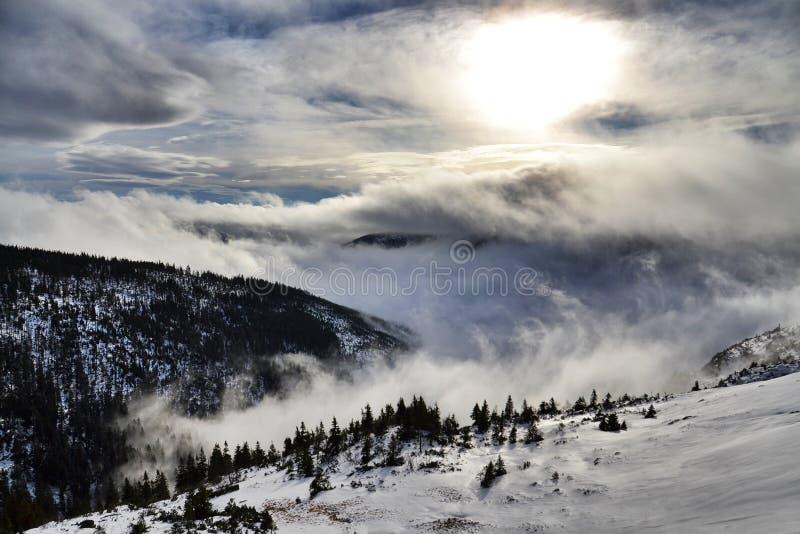 光束穿过云彩的,冬天风景,易北河谷,结冰的天气 免版税库存图片