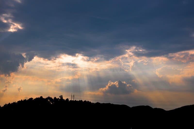 光束通过玫瑰色云彩 库存图片