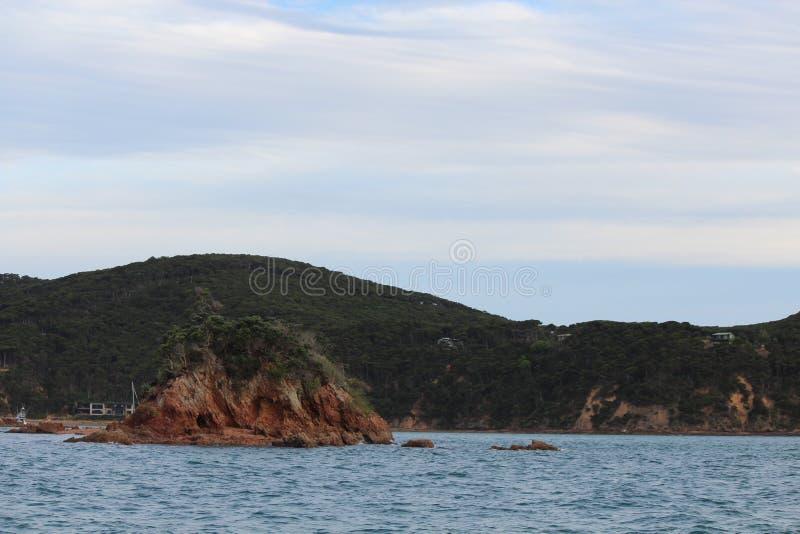 光滑的海和一个小海岛 免版税库存图片