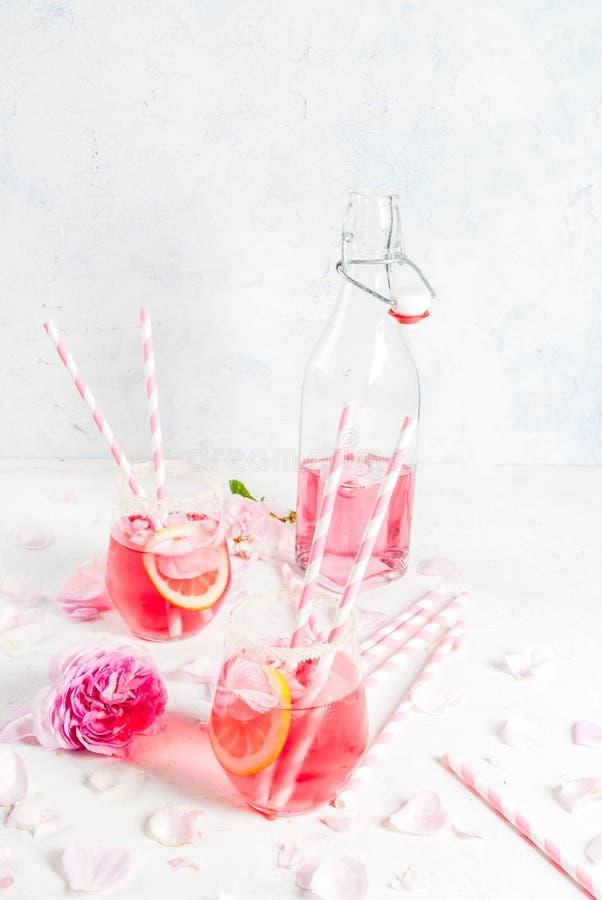 光玫瑰色鸡尾酒,玫瑰酒红色 免版税库存照片