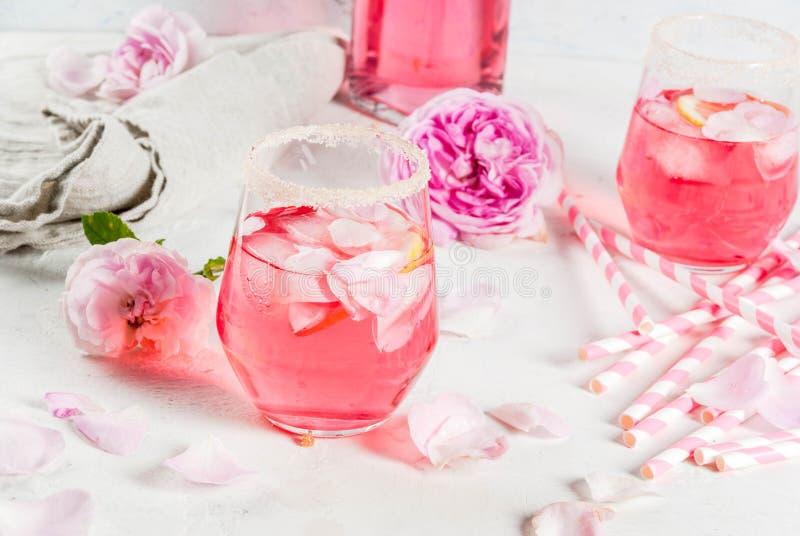 光玫瑰色鸡尾酒,玫瑰酒红色 库存照片