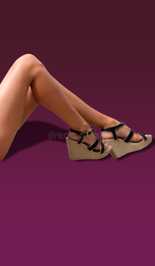 光秃的女性腿和凉鞋 库存图片