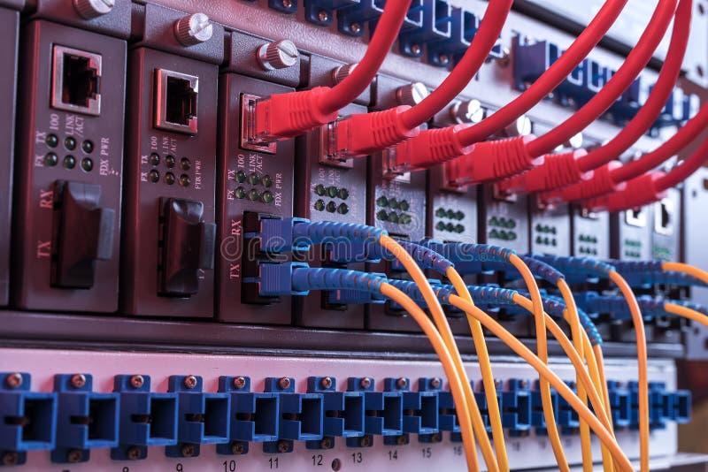 光纤和UTP网络缚住被连接的插孔口岸 免版税图库摄影