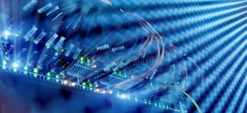 光纤的关闭和插孔在服务器屋子里 免版税库存图片