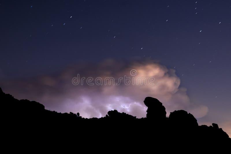 光芒和云彩在夜风暴 免版税库存照片