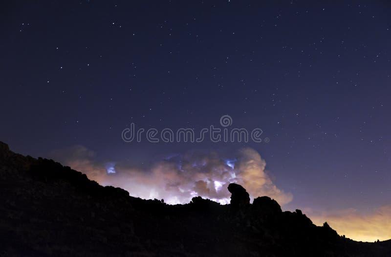 光芒和云彩在夜风暴 图库摄影
