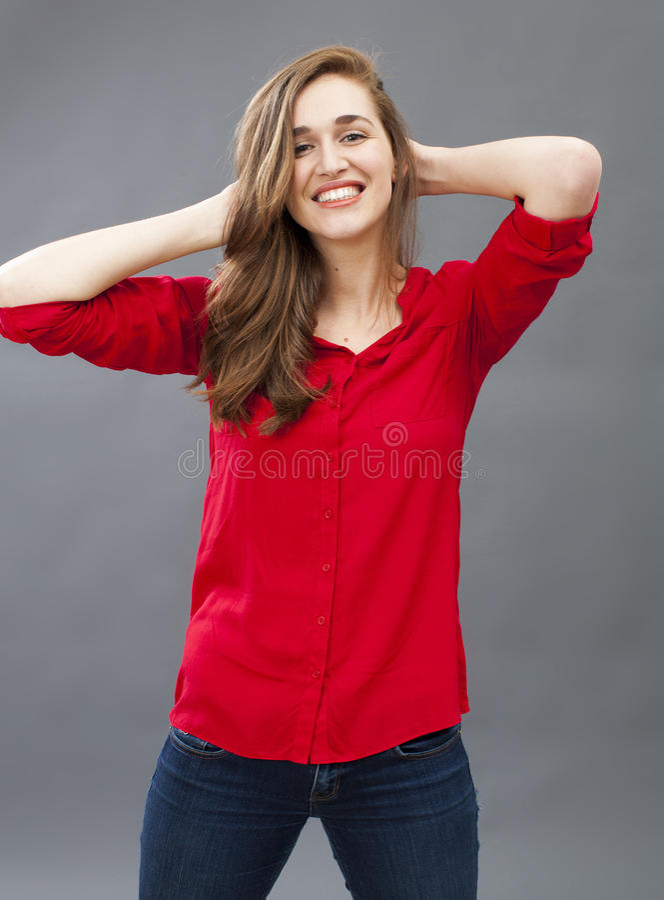 光芒四射少妇微笑,显示她乐趣的美丽的头发 免版税库存照片