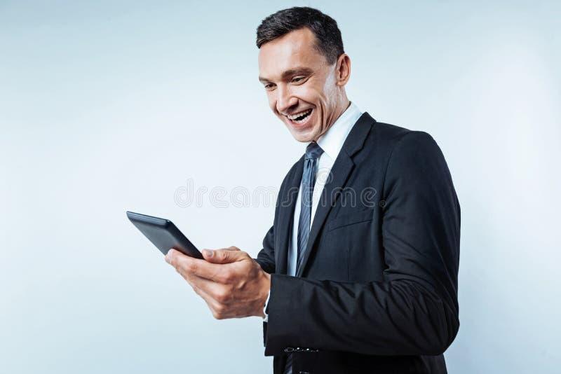 光芒四射的商人使用片剂计算机的 免版税库存图片