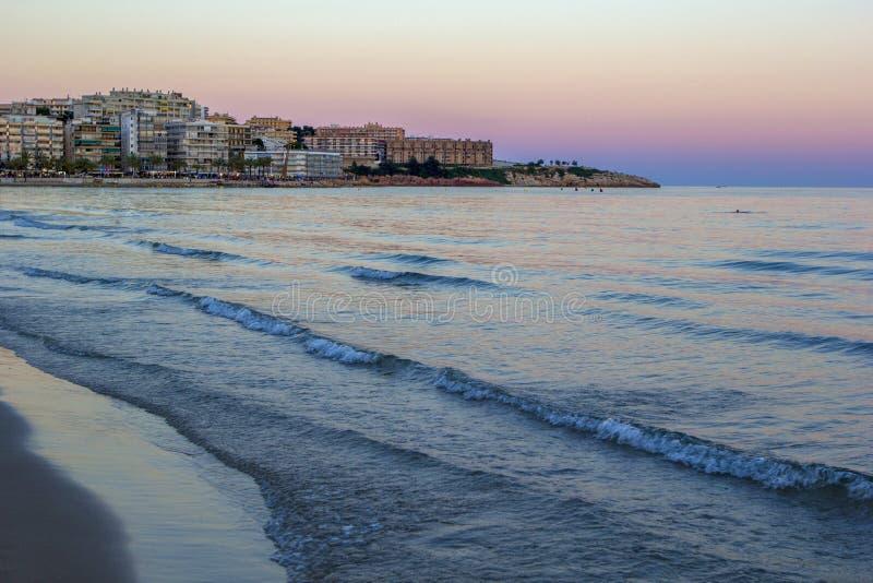 光芒四射的海海滩日落 免版税库存图片