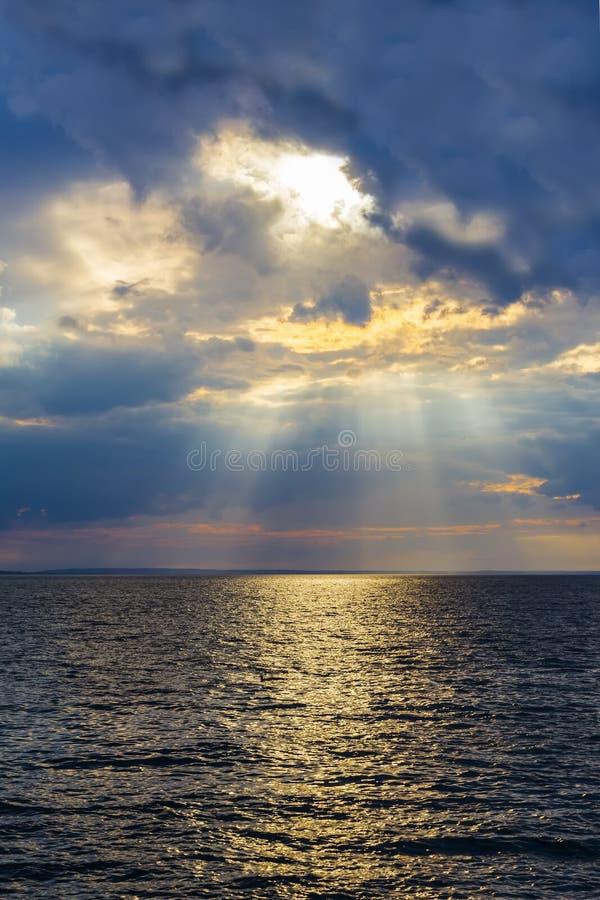 光芒通过密集的云彩做他们的方式 免版税库存照片