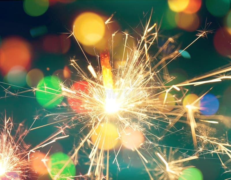 光被弄脏的bokeh背景从圣诞夜为您的设计,被定调子的减速火箭的颜色集会 库存照片