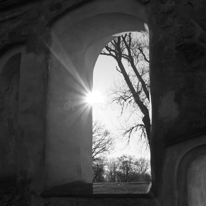 光通过教会废墟窗口 库存图片