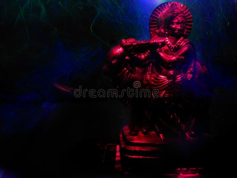 光阁下krishna被绘的雕象  库存图片