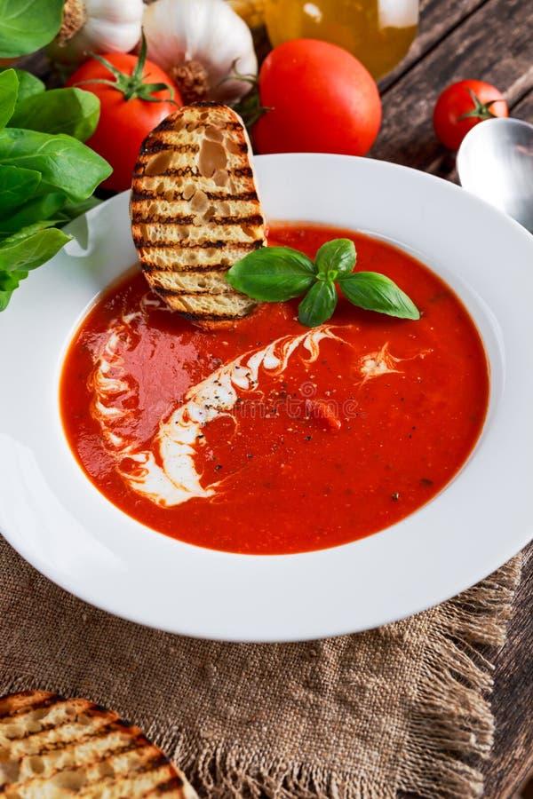 光滑和甜蕃茄汤,晒干用蓬蒿,大蒜 免版税库存照片