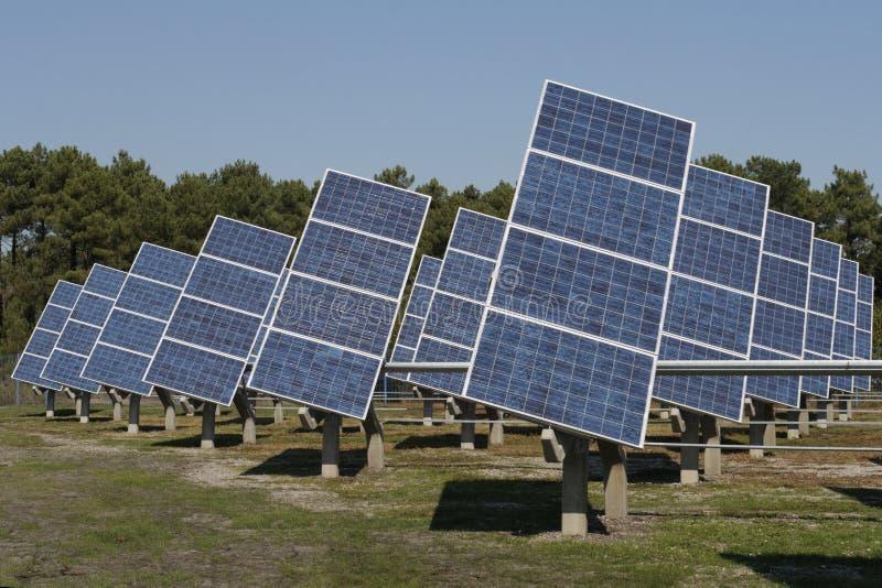 光致电压的能源厂在农场 库存图片