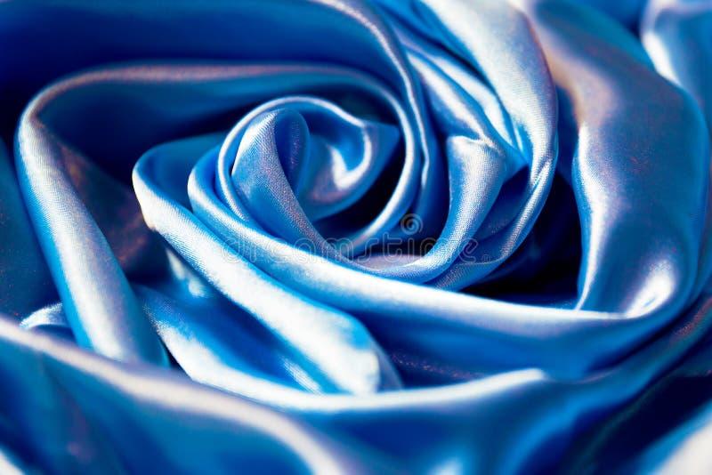 光滑的典雅的发光的蓝色丝绸背景 - 关闭 库存图片