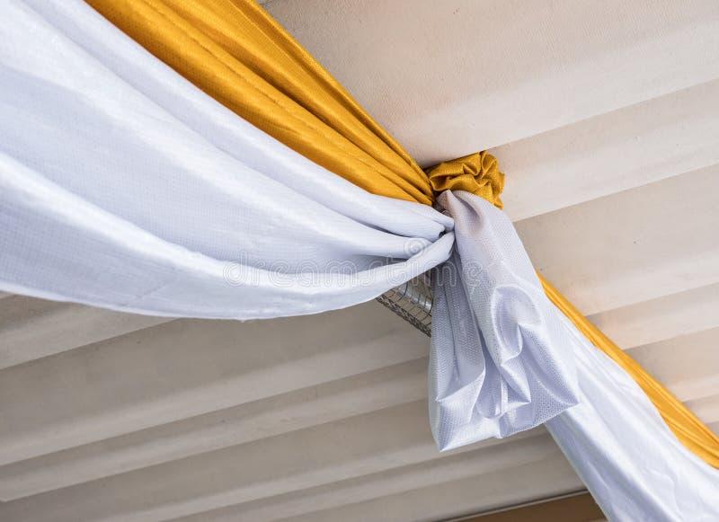 光滑的白色和金黄织品 免版税图库摄影