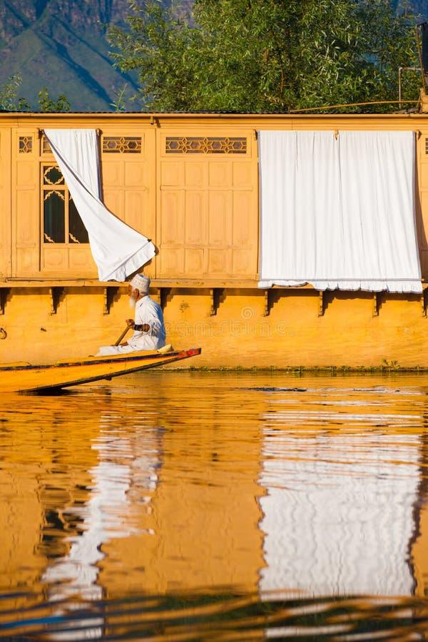 克什米尔人人行格住宅Boat Dal湖 库存图片