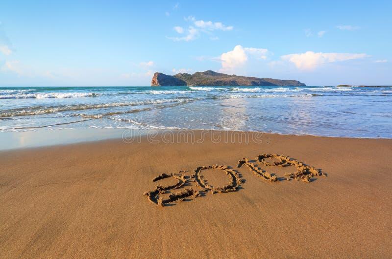 克利特海岛,希腊著名手段  与太阳的光芒的沙滩海景 2019年表面上的文字 美丽的海运 免版税库存照片