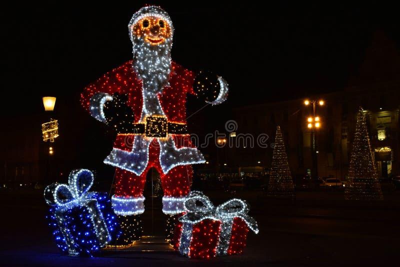克劳斯对城镇的以后的圣诞老人 免版税库存照片