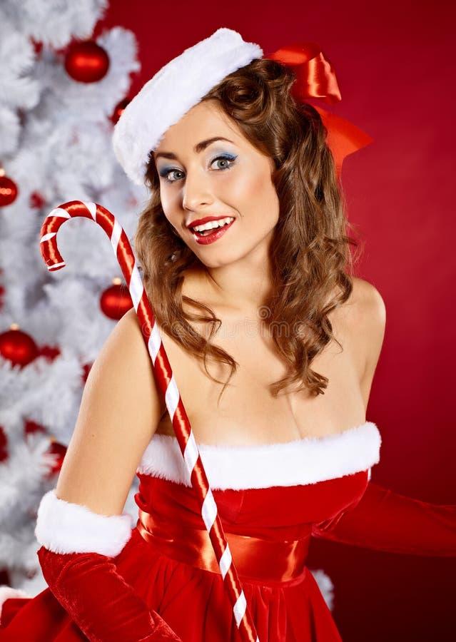克劳斯给时兴的圣诞老人妇女年轻人穿衣 免版税库存图片