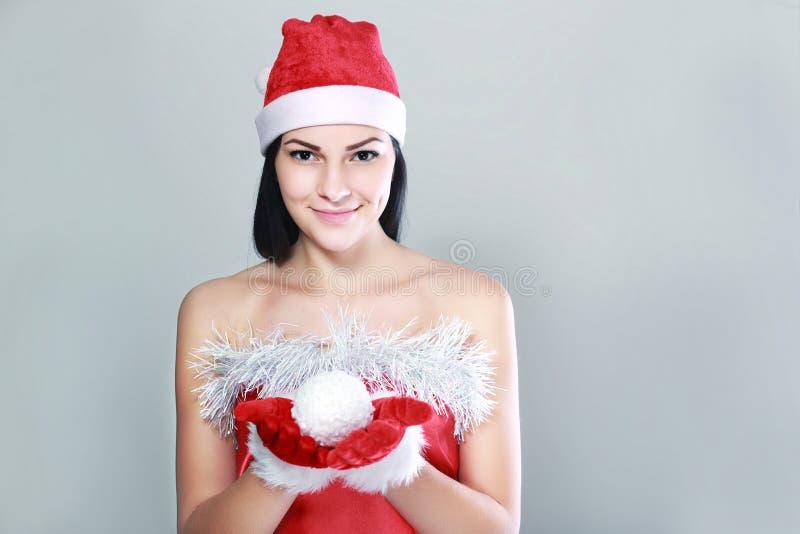 克劳斯给圣诞老人妇女穿衣 库存照片
