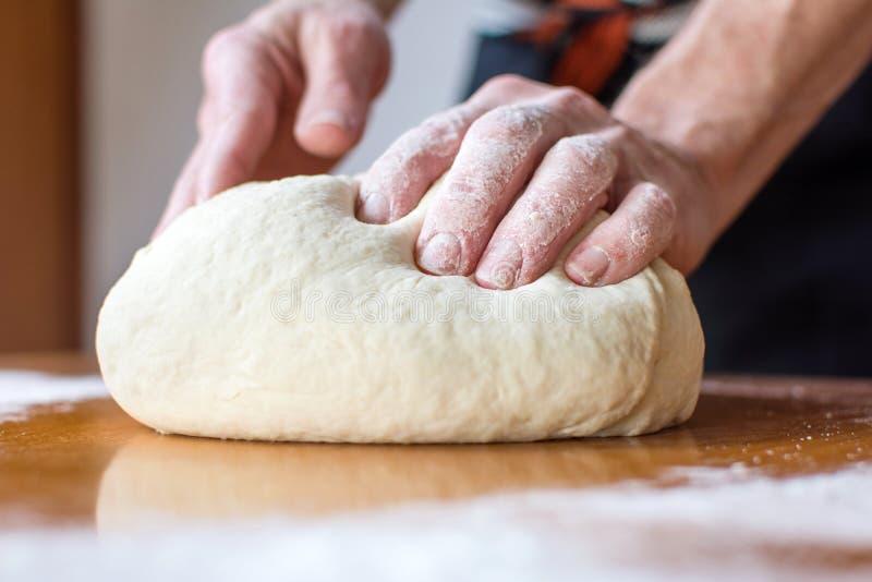 贝克在桌做面包 免版税库存图片