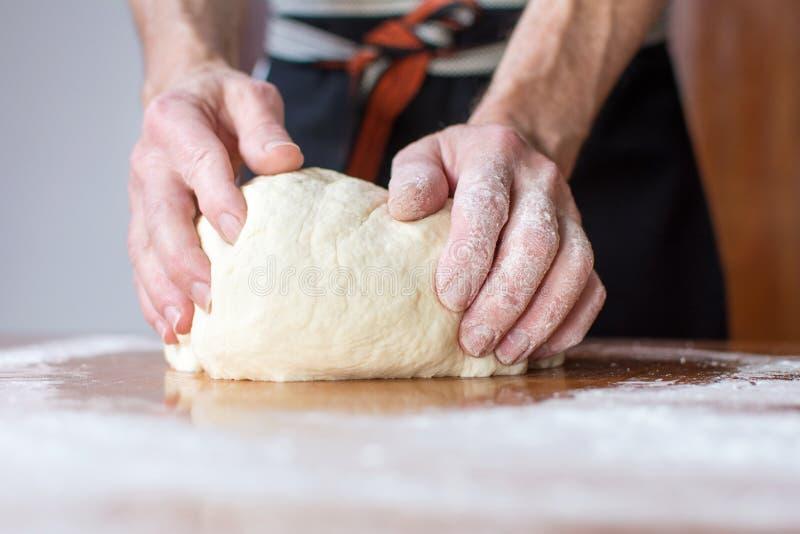 贝克在桌做面包 免版税图库摄影