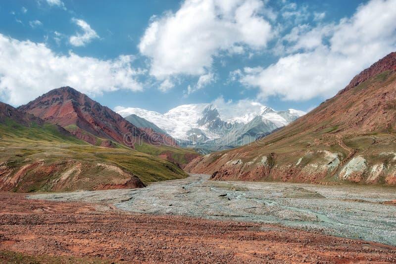 克孜勒在吉尔吉斯斯坦和塔吉克斯坦之间的艺术通行证,采取在奥格斯 免版税库存照片